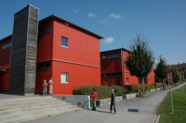 Schulhaus Singvogel mit drei Schulzimmertrakten und einer Mehrzweckhalle