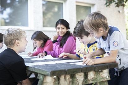 Kinder bei einer Gruppenarbeit