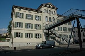 Altbau Schulhaus Oberuster mit Passarelle