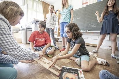 Kinder bauen eine Holzbr?cke