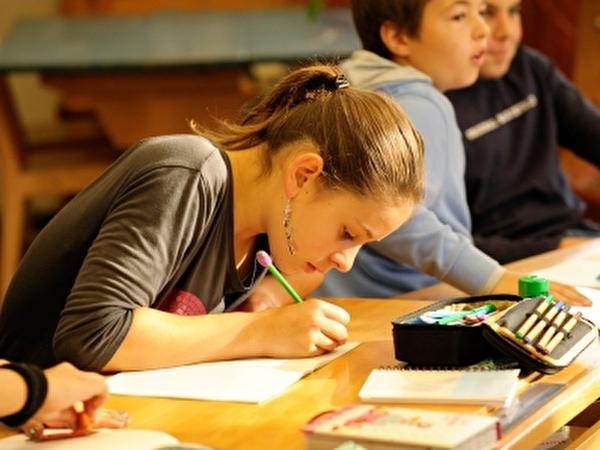 Schülerin beim Aufgaben lösen