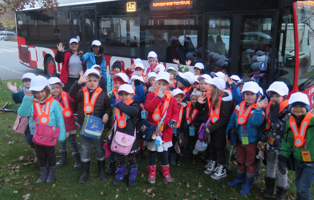 viele Kinder vor dem Kindergartenbus