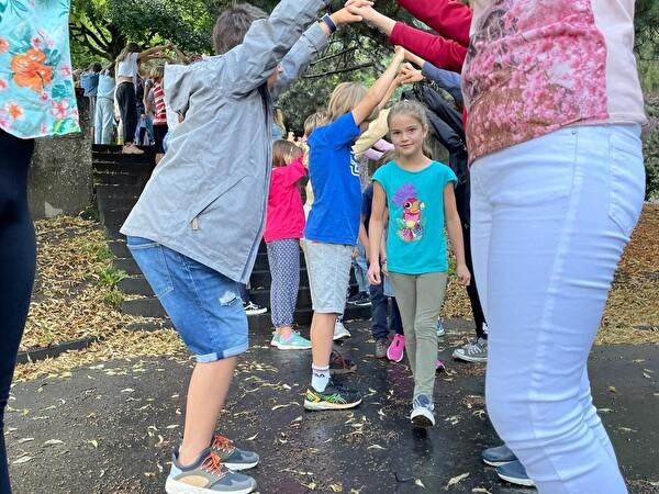Die Schülerinnen und Schüler machen für die neuen 1. KlässlerInnen einen Torbogen und heissen sie so herzlich im Montalin willkommen
