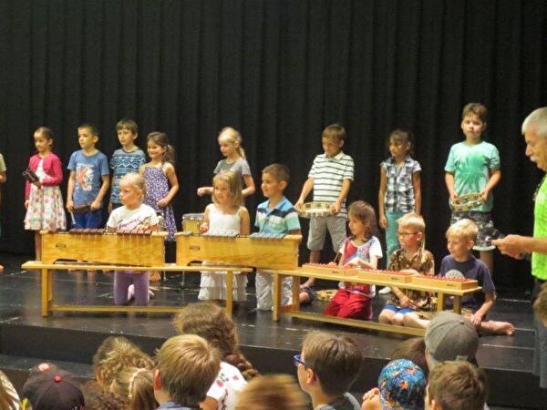 Kinder MGS von Elsbeth Alder an Jahresschluss-Feier Lenggis