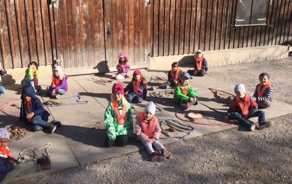 Die Kindergärtler beim Waldostereier legen