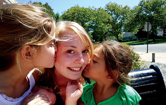 Jugendliche mit zwei Mädchen