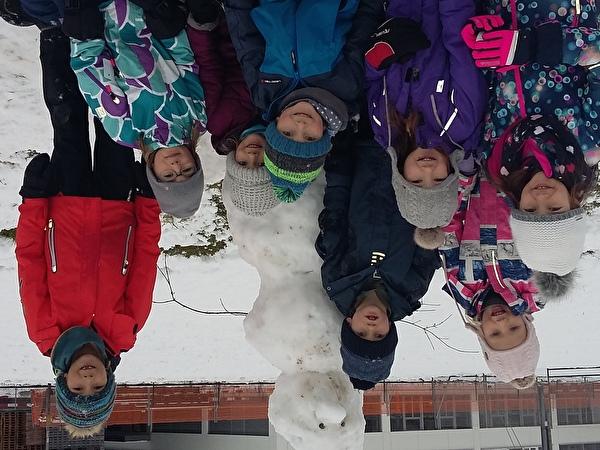 Die Kinder geniessen den Schnee