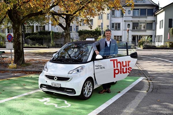 Fabrizio Hugentobler, Vorsteher Departement für Werke, Freizeitanlagen und Sport, an der Thurplus Ladesäule am Parkplatz Promenade in Frauenfeld.